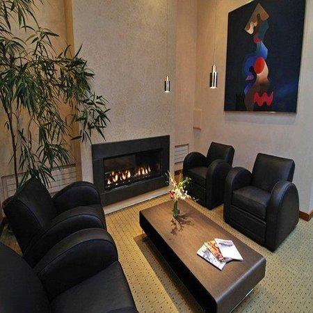 Camel's Garden Hotel & Condominiums: Hotel Lobby