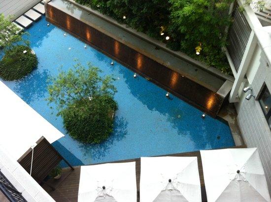 โฮเต็ล ลา สวีท โกเบ ฮาร์เบอร์แลนด์:                   2樓的泳池