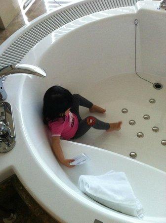 โฮเต็ล ลา สวีท โกเบ ฮาร์เบอร์แลนด์:                   圓型按摩浴池