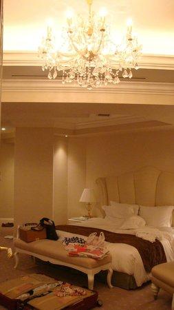 โฮเต็ล ลา สวีท โกเบ ฮาร์เบอร์แลนด์:                   房間內的水晶燈