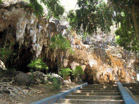 Pacitan, إندونيسيا:                                                       Half open Tabuhan Cave                  