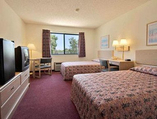 Super 8 Estherville: Standard Two Double Bed Room