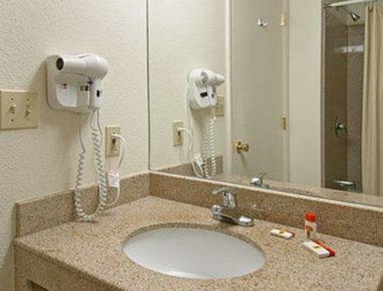 Super 8 Newark: Bathroom