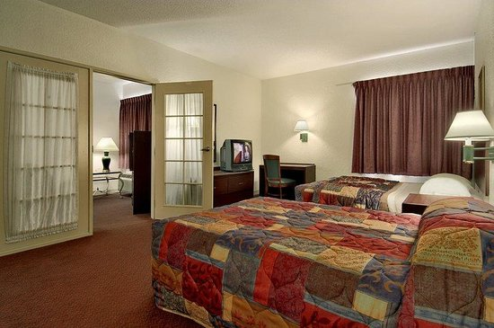 Red Roof Inn Macon: Two Room Suite