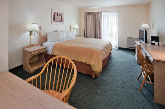 Travelodge Suites New Glasgow: Travelodge New Glasgow Guest Room King