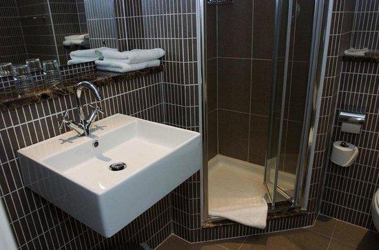 Kenmare Bay Hotel & Resort: Superior bathroom