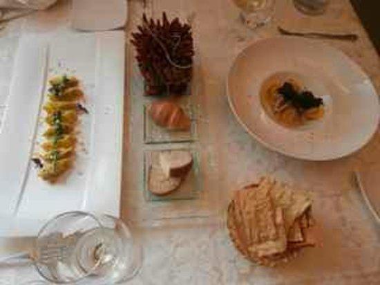 Locanda San Lorenzo: Pasta dishes with bread basket.  Chilli/cinnamon table decoration