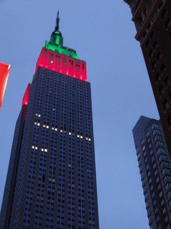 Comprando tickets para el Empire Building antes de ir a Nueva York ahorrarás tiempo. El Empire State Building es uno de los edificios más famosos de Nueva York y con razón: desde la planta 86 tendrás unas vistas increíbles de la ciudad.