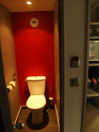 مركيور باريس مونمارتر ساكر كور:                   Separate toilet                 