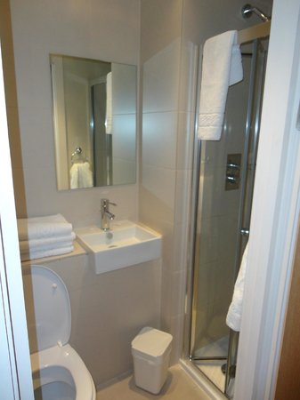 Avni Kensington Hotel: bagno piccolo ma con box doccia