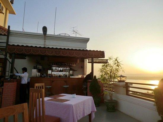 Ayarwaddy River View Hotel: Le bar