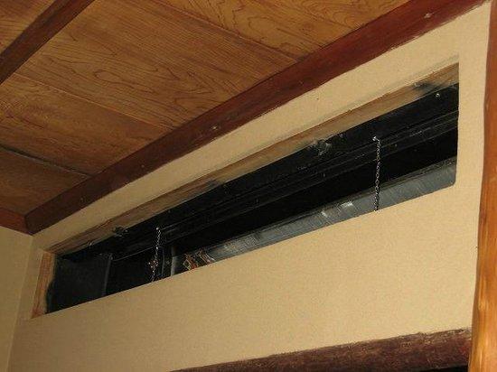Sasaya Hotel:                   笹屋ホテル豊年虫外されたままのエアコン吹き出し口