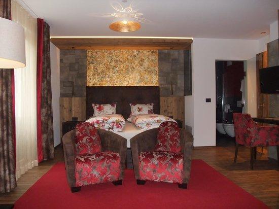 Zimmer In Rot Gehalten Picture Of Hotel Tyrol Malles Venosta