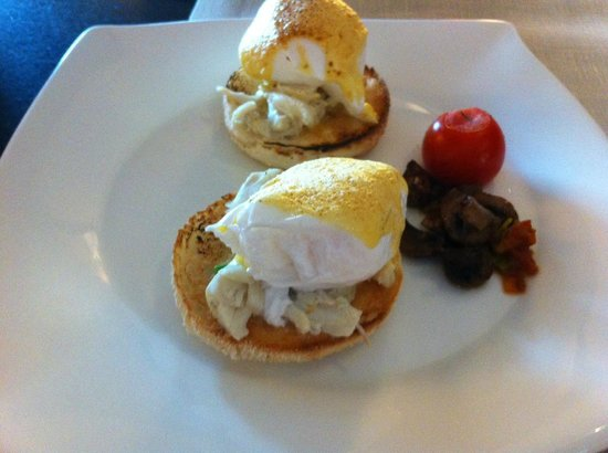 Mandarin Oriental, Singapore: Crab meat eggs benedict @ the Oriental Club