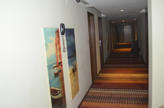 Riverview Hotel:                   the lobby area, very beautiful painting and carpets