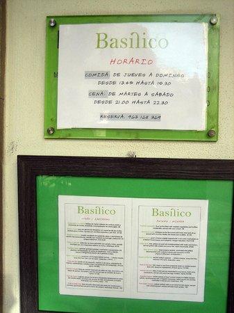 Basilico Restaurant: cartel en la puerta