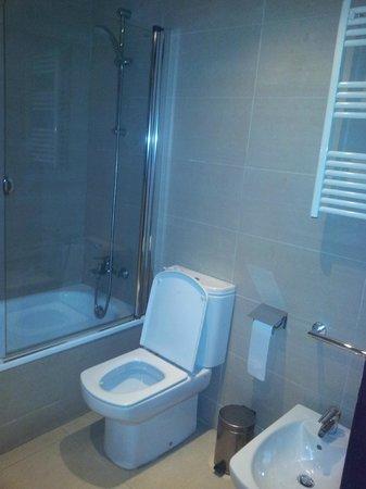 Condado Hotel Barcelona:                   bathroom
