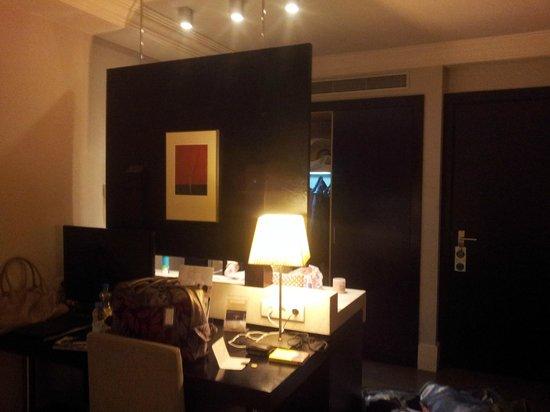 Condado Hotel Barcelona:                   desk area
