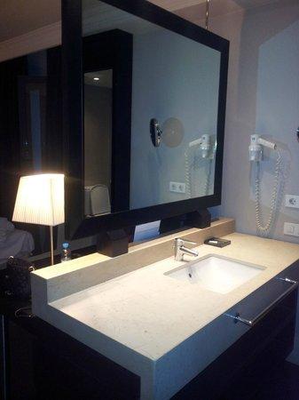 Condado Hotel Barcelona:                   sink area