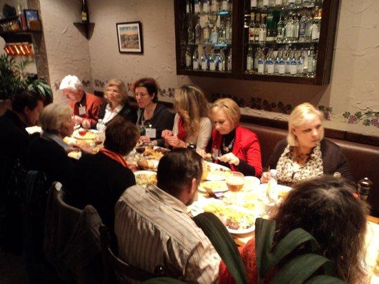 Les P'tits Os du Pitta-Grill: Un groupe d'amis autour d'une table conviviale.