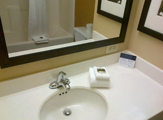 Extended Stay America - Palm Springs - Airport: bathroom clean and crisp