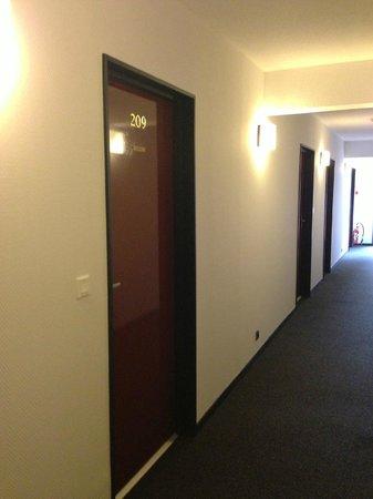 Hotel Restaurant Le Napoleon:                   couloir menant à notre chambre