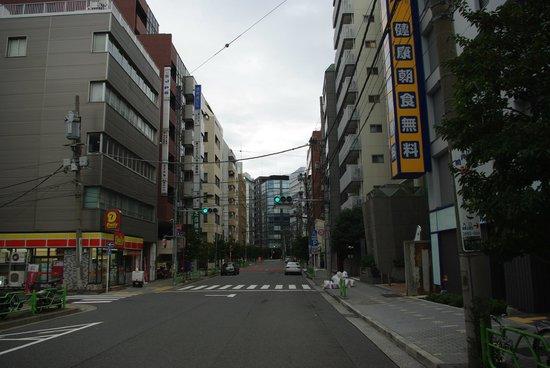 Super Hotel Tokyo Nihonbashi Mitsukoshi Mae :                   道の向かい側にコンビニあり