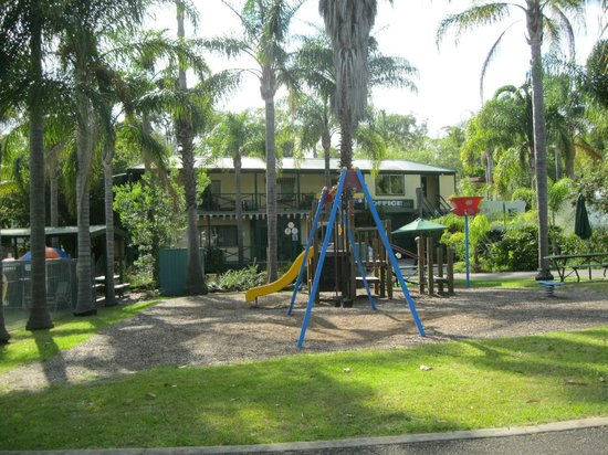 Shady Willows Holiday Park & Batemans Bay YHA: Main Reception/Hostel building behind playground