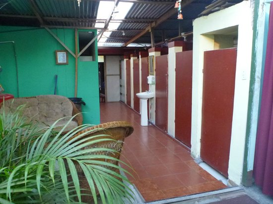 Hostel Trotamundos : shared showers and toilets
