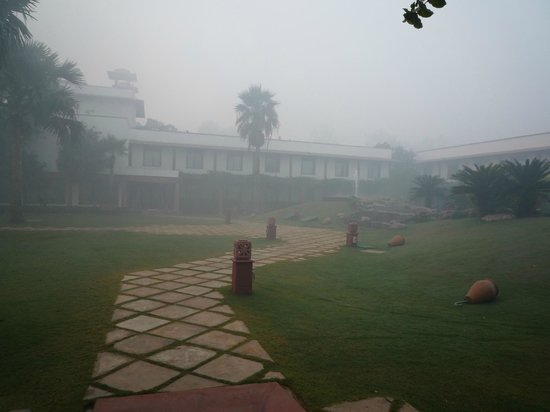 Trident, Agra: Innenhof bei Nebel