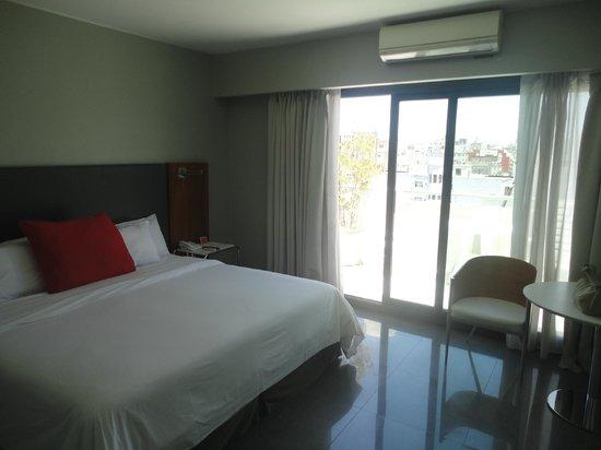 Monserrat Apart Hotel:                                     quarto amplo