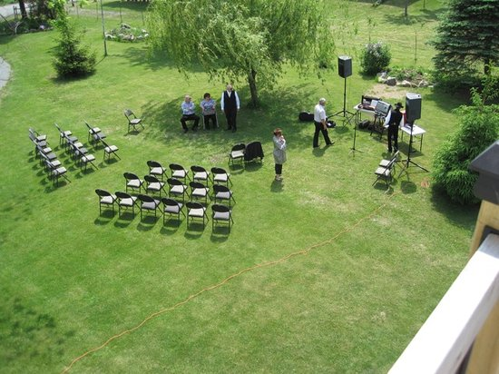 The Abbey Inn: A small outdoor wedding set-up