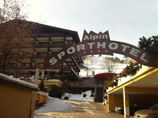 Sporthotel Alpin:                   direkt an der Piste Talstation