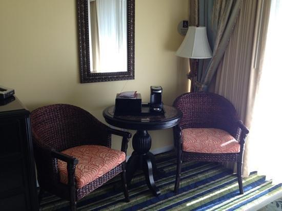 Key Largo Bay Marriott Beach Resort: Sitting area in room