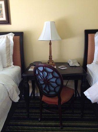Key Largo Bay Marriott Beach Resort: Desk between beds
