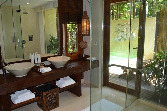 Anantara Rasananda Koh Phangan Villas:                   BAGNO CON GIARDINO A VISTA