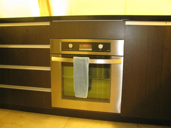 Joy Nostalg Manila Managed by AccorHotels: conventional oven in the kitchen