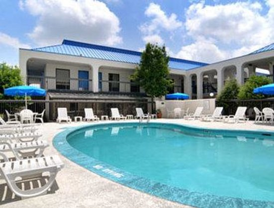 Baymont Inn & Suites Macon / Riverside Drive: Pool