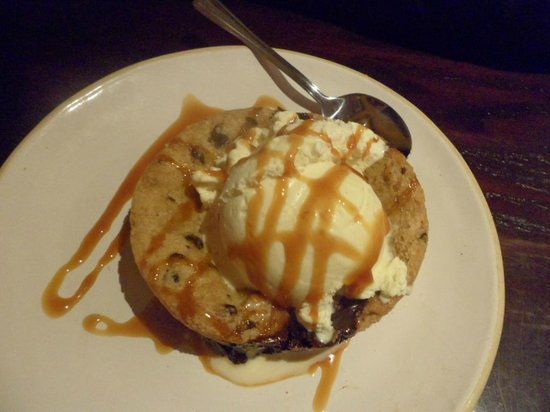 Bella Italia Weymouth: Chocolate chip cookie with chocolate in the middle and lovely ice cream