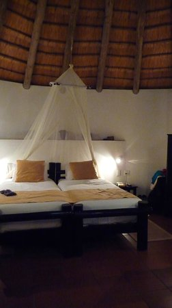 Sefapane Lodge and Safaris:                   Bed with mosquito-net