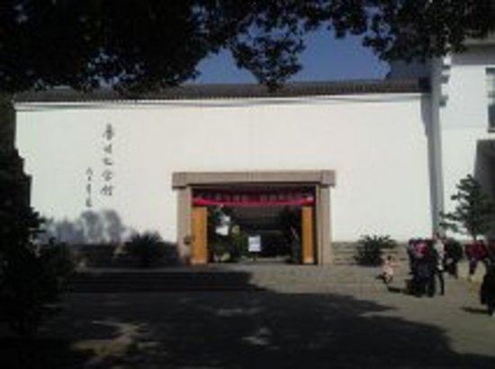 Lu Xun Memorial and Gravesite: 無料チケットは左側