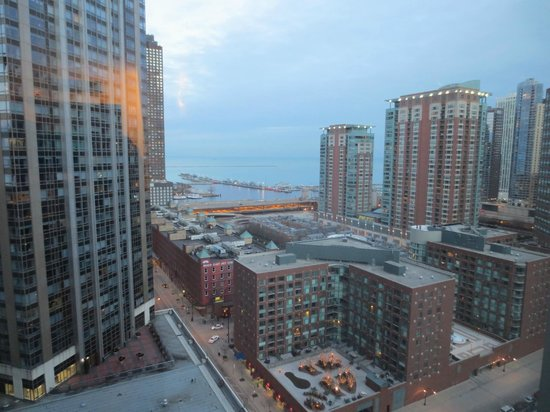 Embassy Suites by Hilton Chicago Downtown Magnificent Mile: View to the lake from 16th floor