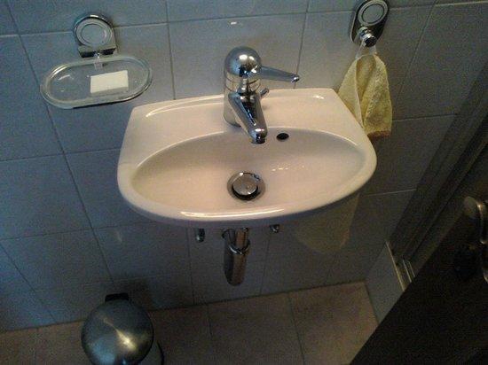 Chalet Aeschhorn: Second bathroom - tiny sink