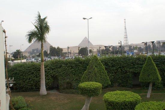 Mercure Cairo Le Sphinx : les pyramides vues de la terrasse de notre chambre