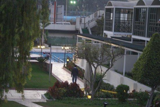 Mercure Cairo Le Sphinx : la piscine vue de loin