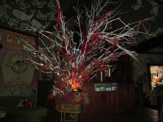 Corteza Amarilla Lodge:                                                       Glass festooned tree in lobby