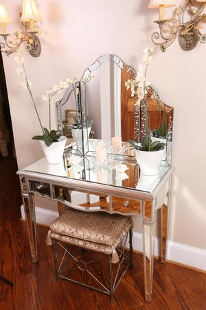 Chestnut Hill Bed & Breakfast Inn: Emily Macon's Bridal Suite - Dressing Table