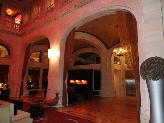 Renaissance Pittsburgh Hotel: portion of lobby