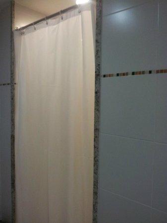 Windsor Leme Hotel:                   Box com cortininha de plástico...