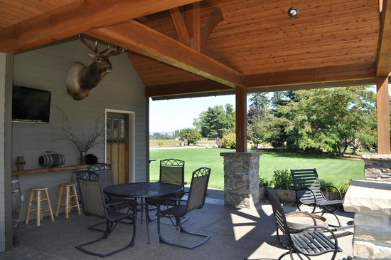 Quimby's Pond Bed and Breakfast : Guest outdoor covered patio
